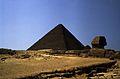 Ägypten 1983 (20) Gizeh- Sphinx und Cheopspyramide (22595358298).jpg