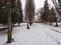Žďár nad Sázavou - krucifix a památkově chráněná boží muka v parčíku před novým hřbitovem.JPG
