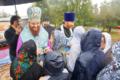 Епископ Амвросий (Мунтяну) раздаёт иконки в память о закладке храма в селе Старые Маты.png