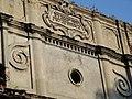 Ліпнина з датою будівництва Бродівської синагоги.jpg
