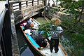 橋が低いので伏せる 柳川川下り (19016709711).jpg