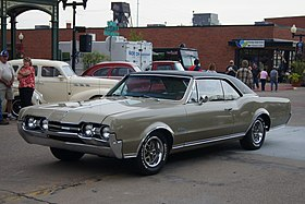 1967 Oldsmobile Cutlass Supreme (15118021479).jpg