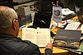 2014-12-20 23.26 Uhr Dipl.-Ing. Helmut Konietzny im Wikipedia-Büro Hannover beim Studium neuerer Literatur zu Gottfried Wilhelm Leibniz.jpg
