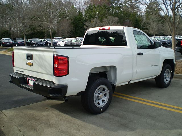 https://upload.wikimedia.org/wikipedia/commons/thumb/c/cb/2017_chevrolet_silverado_1500_wt_regular_standard_reverse.jpg/640px-2017_chevrolet_silverado_1500_wt_regular_standard_reverse.jpg
