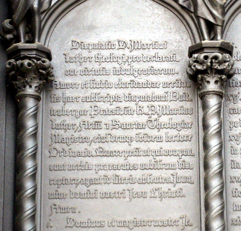 Einleitung zu den 95 Thesen am Portal der Schlosskirche in Wittenberg