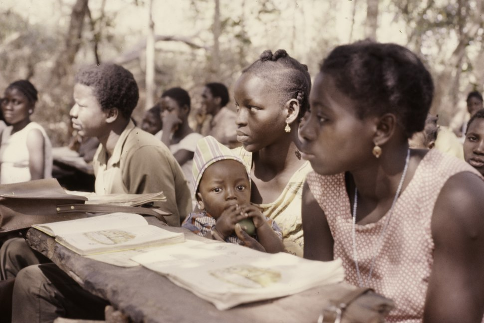 ASC Leiden - Coutinho Collection - F 26 - Farim, Northern frontline, Guinea-Bissau - Woman with child at school - 1974