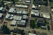 Aerfoto de Falls City, Nebrasko, en 2013; tio estis la grandurbo en kiu la real-vivaj okazaĵoj ĉirkaŭantaj la murdon de Teena okazis.