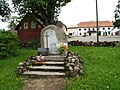 Aloja kommunismiohvite mälestuskivi kirikuaias.JPG