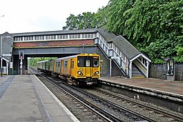 Arriving at Spital Railway Station (geograph 2986445).jpg