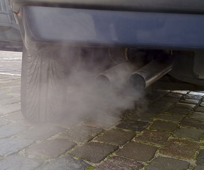 English: Automobile exhaust gas. White exhaust...