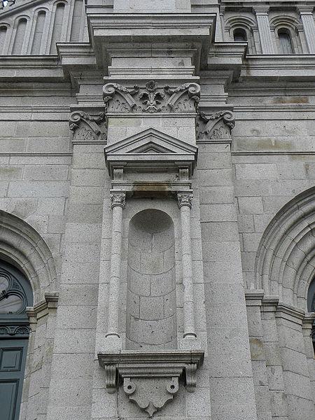 Niche de la façade occidentale de la basilique Saint-Gervais d'Avranches (50).