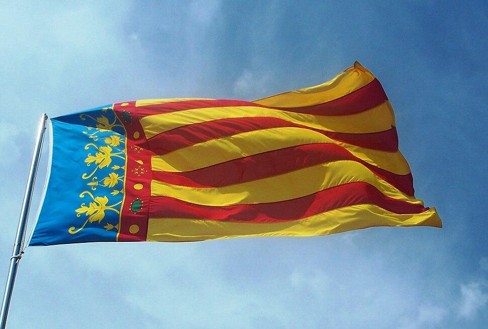 Bandera de la ciutat de Val%C3%A8ncia (Senyera Coronada) a les Torres de Serrans
