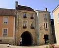 Bellême - porte fortifiée de la ville close.jpg