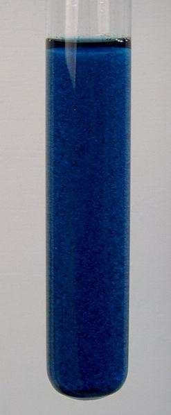 Ett provrör med löst berlinerblått.