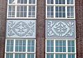 Betonreliefs Jan Boon Oudegracht 373 ULO Utrecht detail.jpg