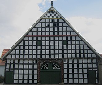 Ravensberg Land - Vierständerhof im Ravensberger Land. Typisch ist die schwarz-weiße Farbgebung und der Geckpfahl als Giebelschmuck.