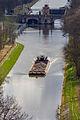 Blick von Mělník auf Moldaukanal mit Schleuse von Hořín und Frachtschiff-6730.jpg