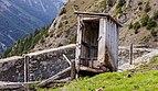 Boerderij Arpisson (2327m.) boven Gimillan in Cogne Valley (Italië). Vervallen schijthuisje (toilet) boven open gierkelder 02.jpg