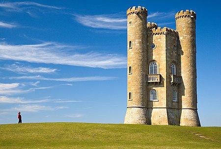 برج أصفر الحجارة ذو برجان مستديران يمتدان على طول المبنى.