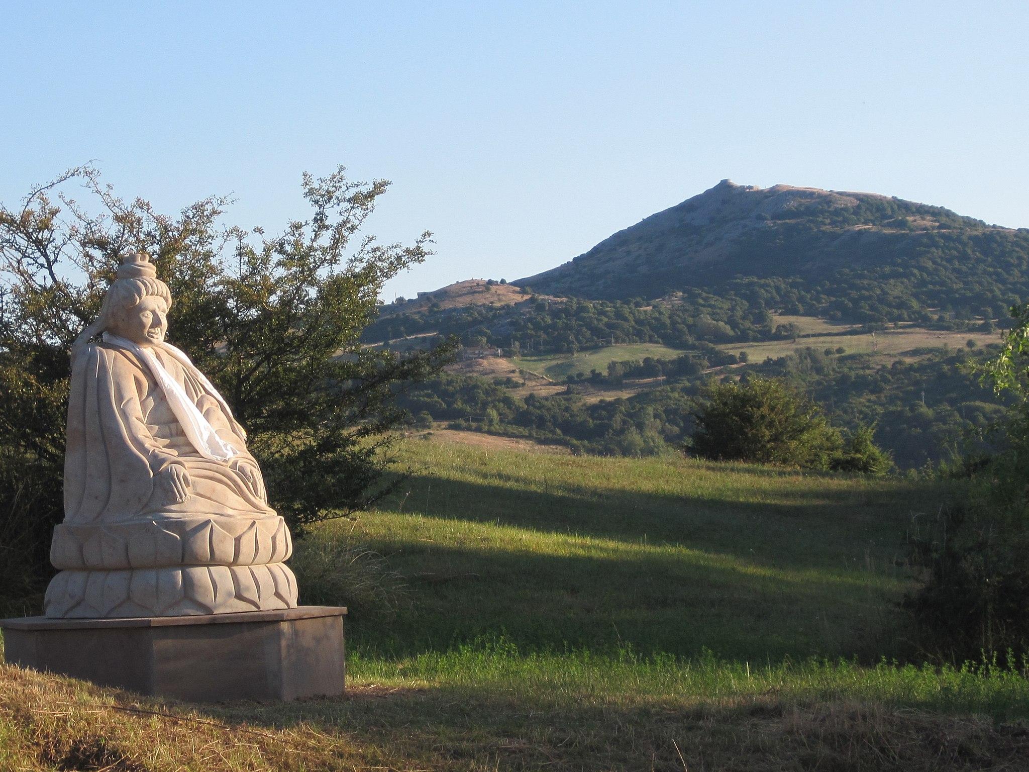 La statua di Buddha a Merigar West con alle spalle il Monte Labbro