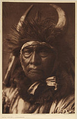 EDWARD SHERIFF CURTIS LE PHOTOGRAPHE DES AMÉRINDIENS 156px-Bull_Chief_-_Apsaroke%2C_1908