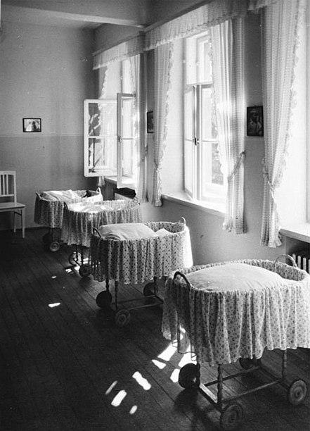 Fichier:Bundesarchiv B 145 Bild-F051638-0067, Lebensbornheim, Säuglingszimmer.jpg
