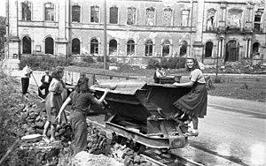 Schloss Zweibrücken - Image: Bundesarchiv B 145 Bild F080294 0003, Zweibrücken, Studenten beseitigen Schutt