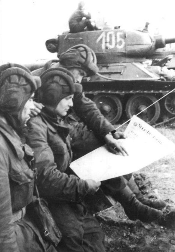 Bundesarchiv Bild 183-85461-0005, Berlin, Mauerbau, NVA-Panzersoldaten