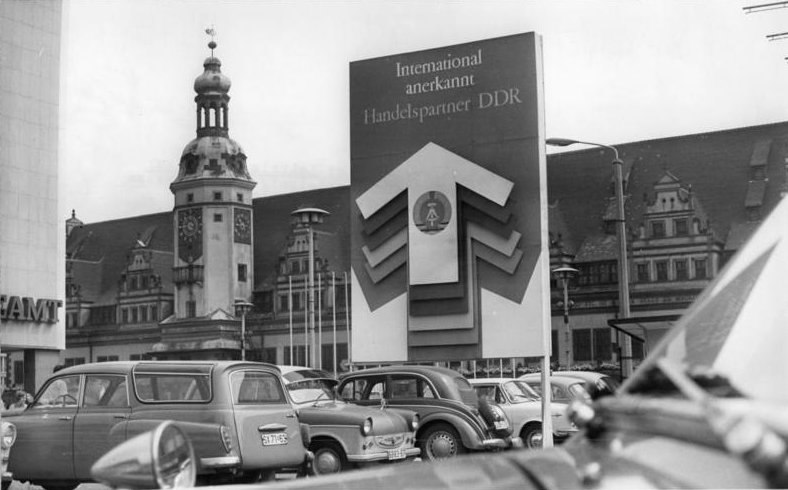 """Bundesarchiv Bild 183-J0814-0008-001, Leipzig, """"Altes Rathaus"""", Parkplatz"""