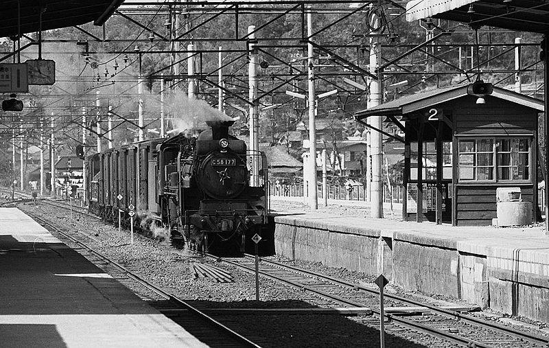 File:C58 177 getrokken goederentrein op de spoorlijn Yokohama a.jpg
