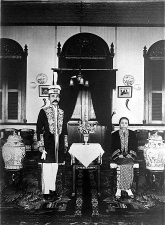Sultanate of Bulungan - Image: COLLECTIE TROPENMUSEUM De sultan van Bulungan en zijn echtgenote Borneo T Mnr 10001599