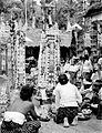 COLLECTIE TROPENMUSEUM Vrouwen bij het aanbieden van hoge rijk bewerkte offers in Pura Kehen Bali TMnr 10001205.jpg
