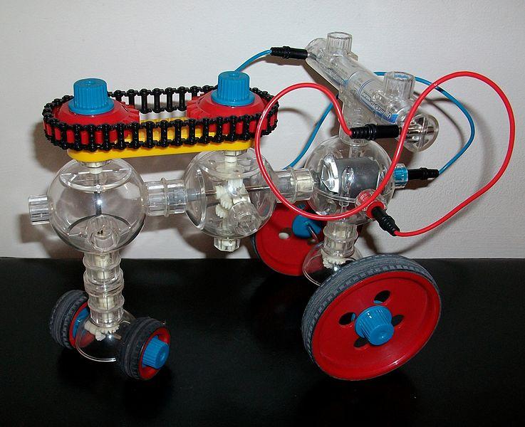 Imagen de una construcción realizada con un Kit de Capsela, enlaza a la página de la Wikipedia