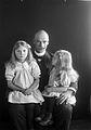 Carl Fredrik Giöbel med döttrarna Ingrid och Brita - Nordiska Museet - NMA.0057424.jpg
