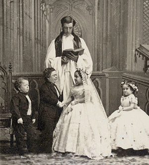 General Tom Thumb - Charles Sherwood Stratton and Lavinia Warren wedding photo. From left to right: George Washington Morrison Nutt (1844–81), Charles Sherwood Stratton (1838–83), Lavinia Warren Stratton (1841–1919), Minnie Warren (1849–78).