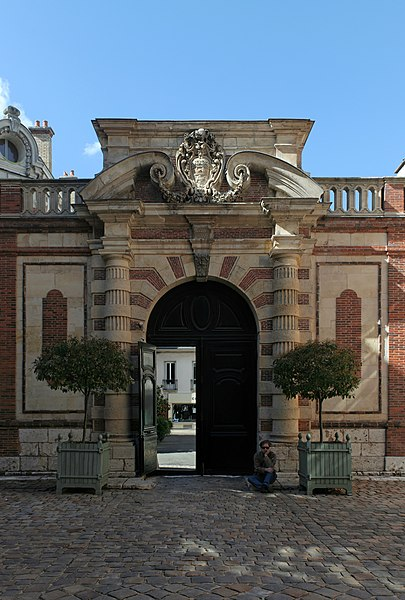Chartres, hôtel Montescot: porte monumentale sur rue, vue depuis la cour.