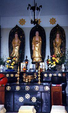 De gauche à droite: Avalokiteśvara, Amitābha, Mahāsthāmaprāpta