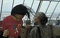 Collectie NMvWereldculturen, TM-20023693, Dia- 'Java, Jakarta Bezoekers van het uitkijkpunt op het Monas; oude vrouw en jong meisje ', Jaap de Jonge, 1993.jpg