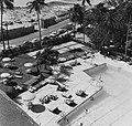 Collectie Nationaal Museum van Wereldculturen TM-20016612 San Juan. San Geronimo. Hilton Hotel zwembad Puerto Rico Boy Lawson (Fotograaf).jpg