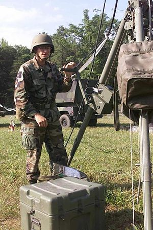 Signaller - A US Army signaller (25Q) erecting a 30-meter mast antenna