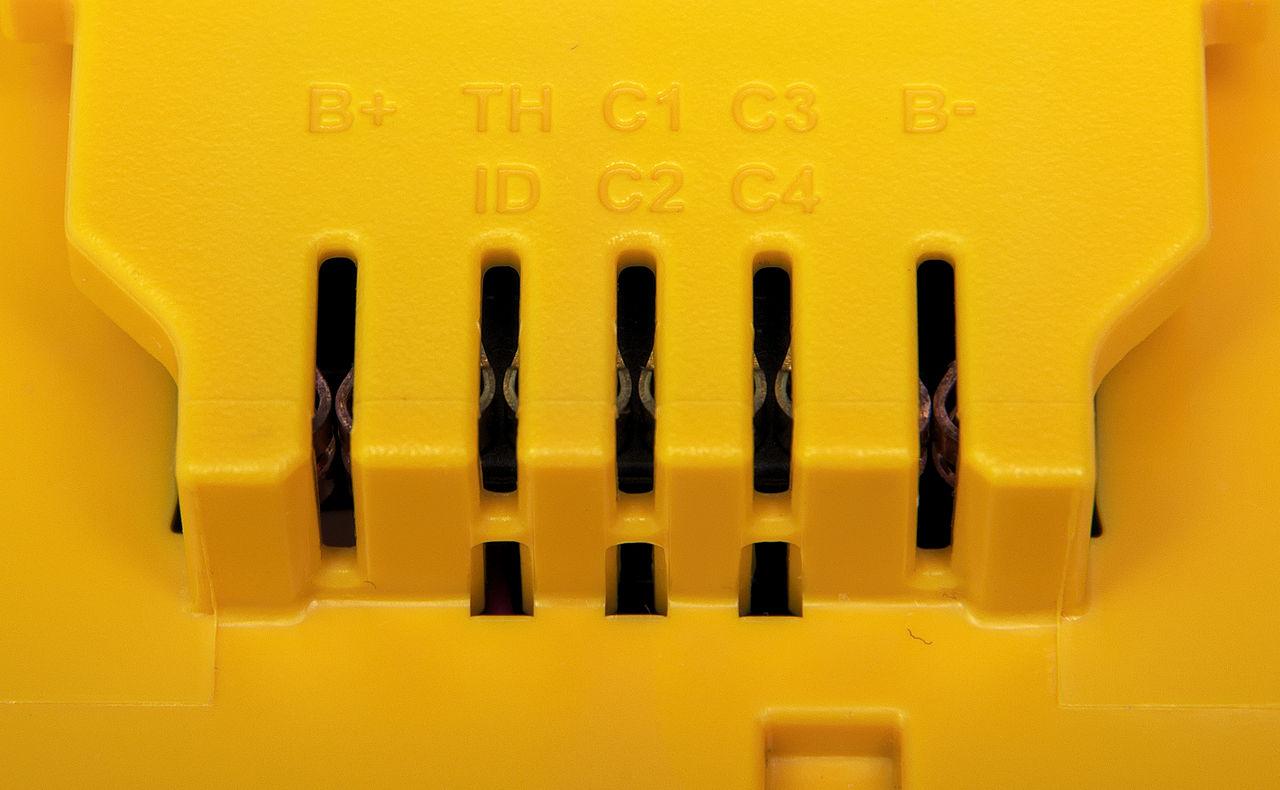 File:Contacts on DeWalt 20V Max battery.jpg