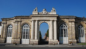 Porte d'honneur de l'ancienne abbaye (1750).