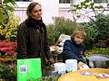 Dagmar Schmidt erläutert trotz QR-Code ihr REFUGIUM mit heißer Kräutersuppe; der tatkräftige Junge hat heute wohl so einiges gesehen bei den Wintergärten V, Güntherstraße Hannover.jpg