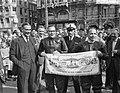 Dam tot Dam race , eerste dag. Burgemeester Franken van Zaandam en radio-reporte, Bestanddeelnr 910-6166.jpg