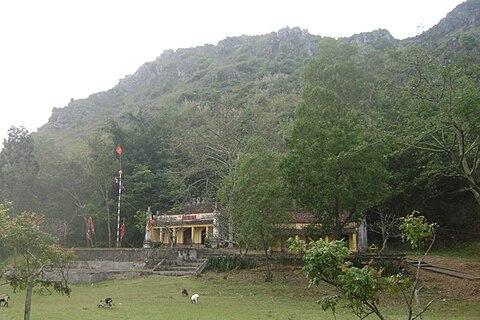Đền thờ Mai An Tiêm dưới chân núi Mai An Tiêm ở xã Nga Phú, Nga Sơn