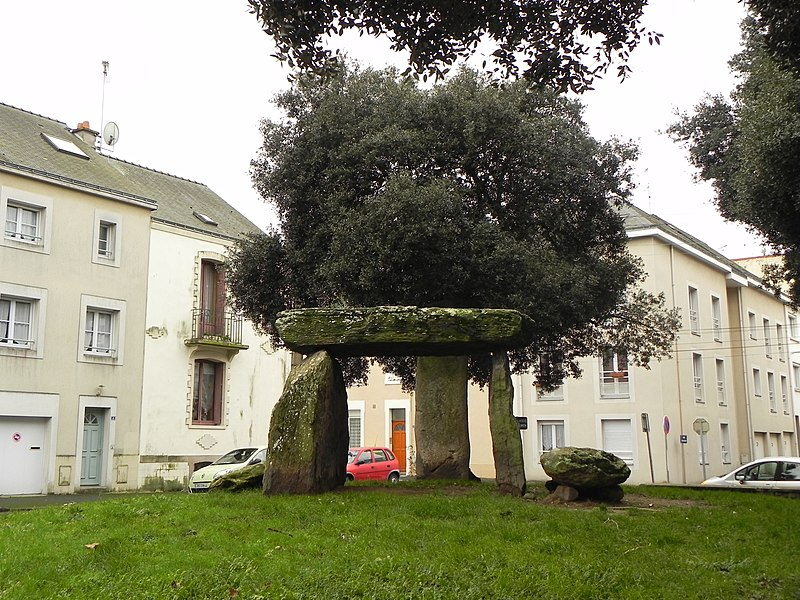 file dolmen des trois pierres saint nazaire front view jpg wikimedia commons. Black Bedroom Furniture Sets. Home Design Ideas