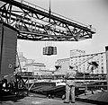 Douanecontrole bij het lossen van vaten in de haven van Bazel-Kleinhüningen, Bestanddeelnr 254-1284.jpg