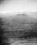 ETH-BIB-Landschaft mit Einschnitten-Spalten und Vulkan im Hintergrund-Kilimanjaroflug 1929-30-LBS MH02-07-0531.tif