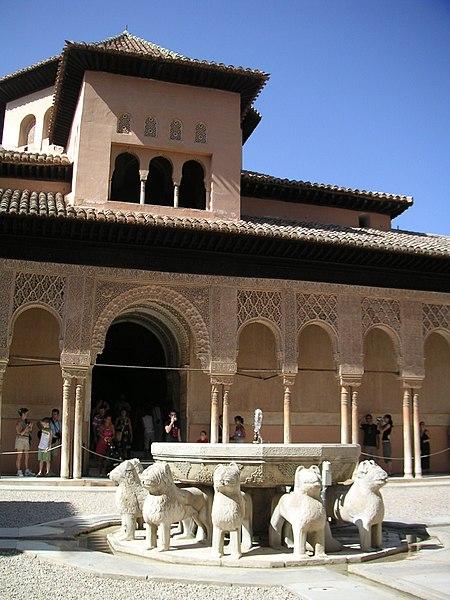 File:El patio de los leones de la alhambra.JPG