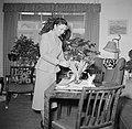 Ella Hedtoft schikt tulpen in een vaas in de woonkamer, Bestanddeelnr 252-8978.jpg